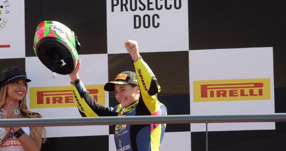 Ana Carrasco sul gradino più alto del podio della Supersport 300 a Portimao