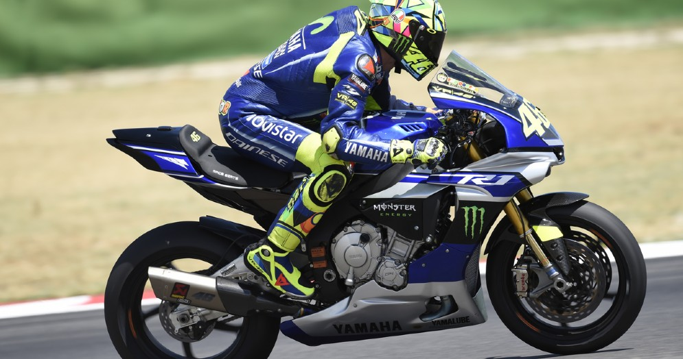 Valentino Rossi in sella ad una Yamaha R6 a Misano come quella che proverà domani