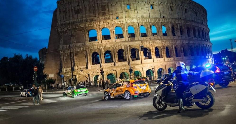 Il passaggio davanti al Colosseo