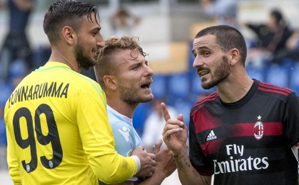 Bonucci e Donnarumma, due pilastri della difesa rossonera, discutono con Immobile