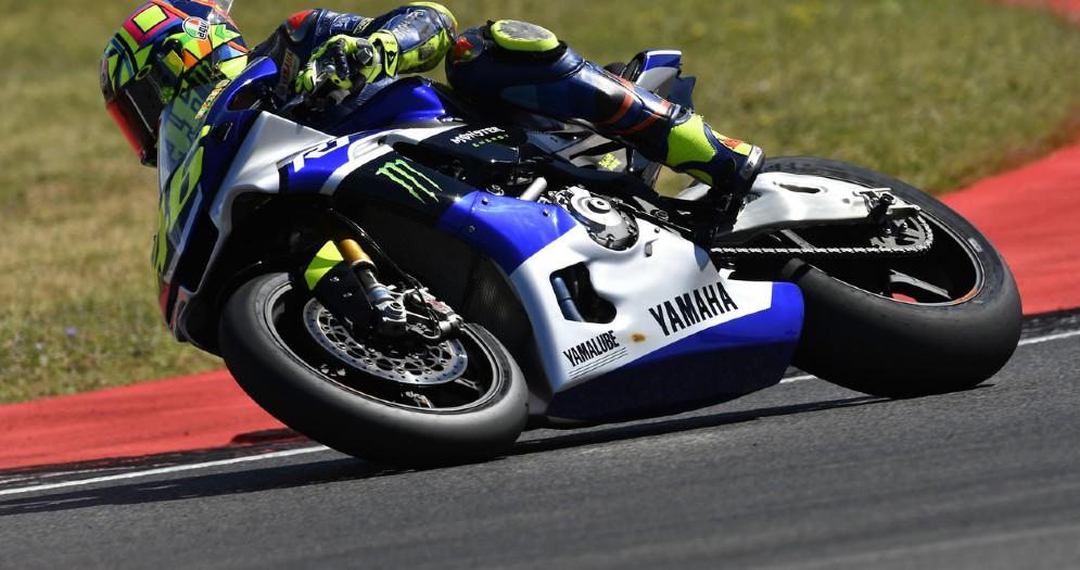 Valentino Rossi in sella alla Yamaha R1 sulla pista di Misano