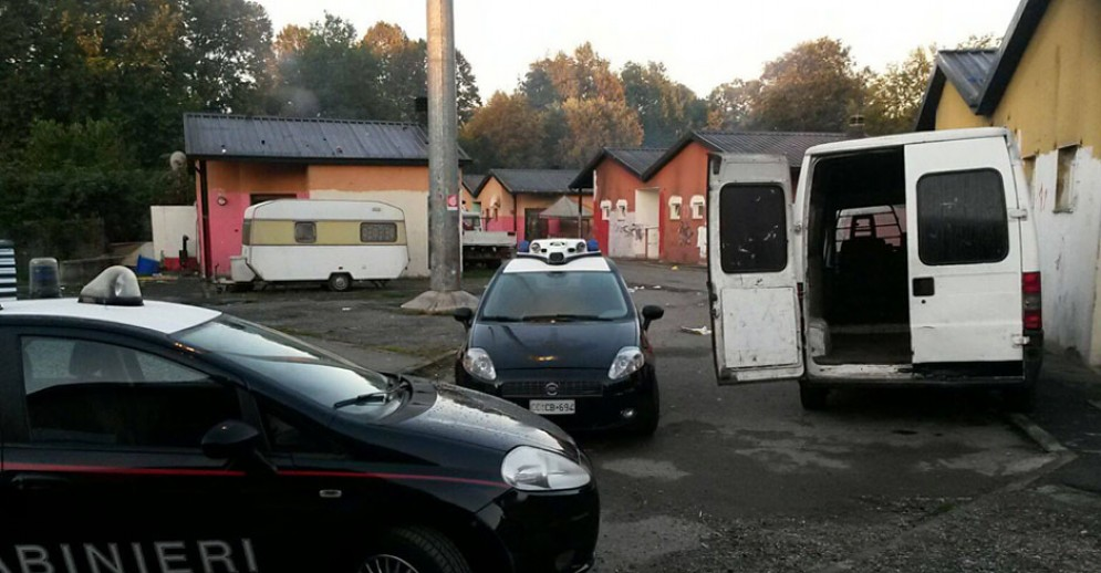 Carabinieri al campo nomadi di via Germagnano