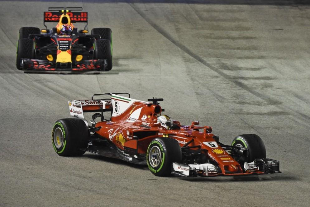 La Red Bull di Max Verstappen dietro alla Ferrari di Sebastian Vettel a Marina Bay