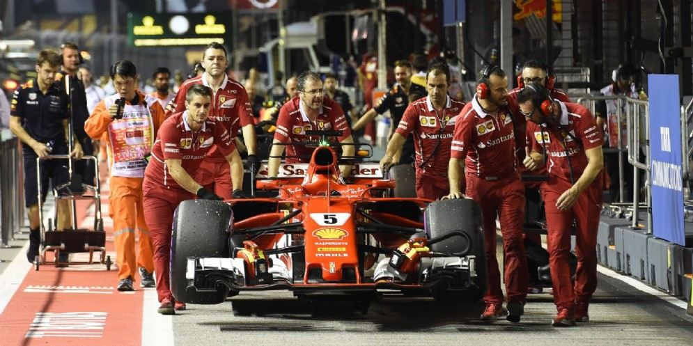 La Ferrari di Sebastian Vettel spinta ai box di Singapore