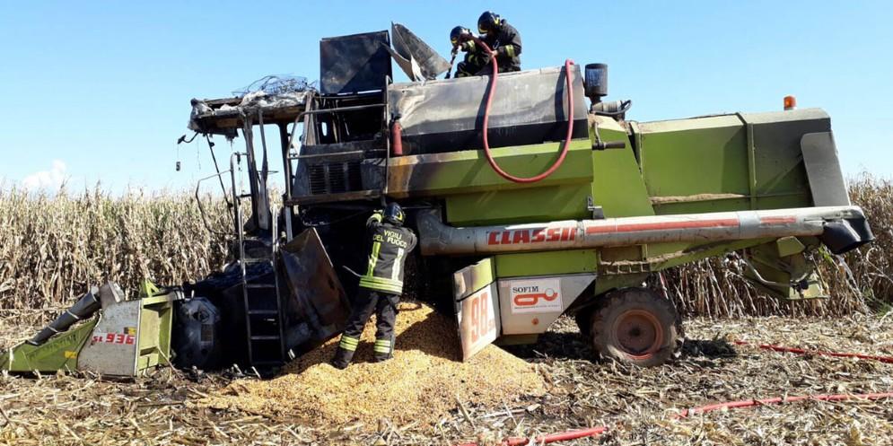 Si incendia la mietitrebbia: l'agricoltore se ne accorge e si mette in salvo