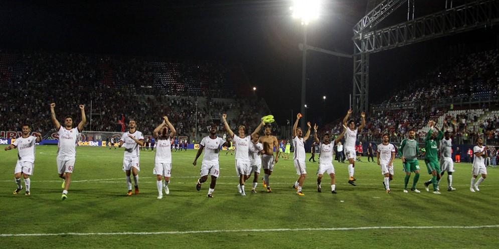 La gioia dei rossoneri dopo la vittoria di Crotone