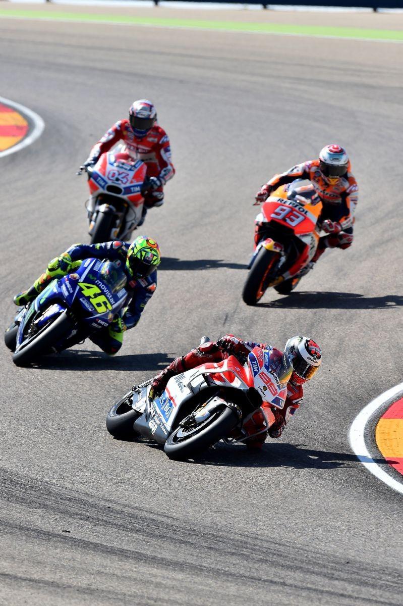 Rossi dietro a Jorge Lorenzo e davanti a Marc Marquez e Dovizioso a inizio gara