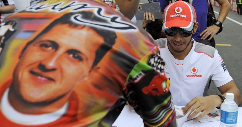 Lewis Hamilton e un fan con la maglietta di Michael Schumacher