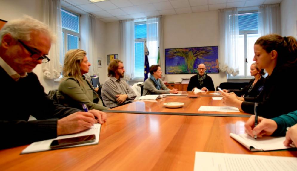 L'assessore comunale alle Politiche Sociali Carlo Grilli insieme ai giornalisti