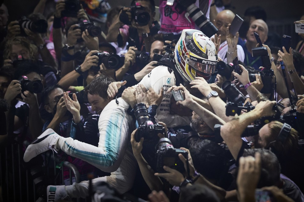 Hamilton festeggia con il team Mercedes la vittoria di Singapore