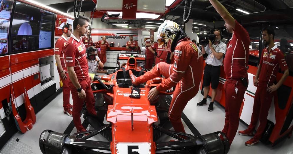 Sebastian Vettel entra nell'abitacolo della sua Ferrari