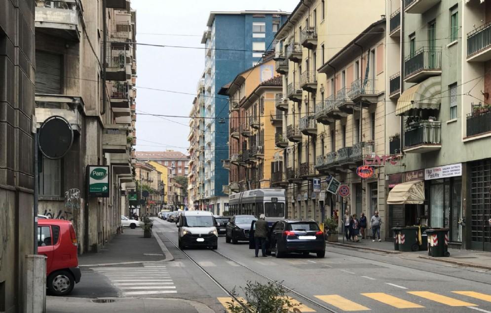 Auto in sosta vietata in via Nicola Fabrizi