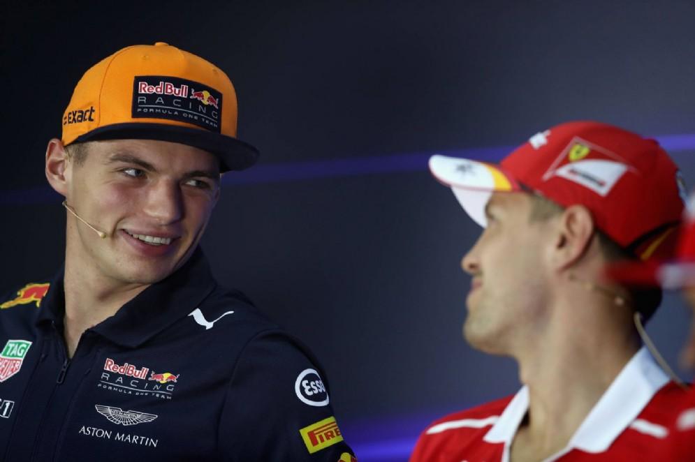 Verstappen e Vettel uno a fianco all'altro davanti ai giornalisti