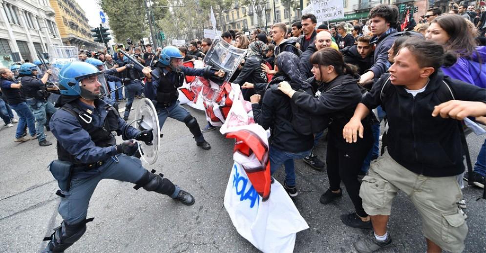 Scontri tra manifestanti e polizia