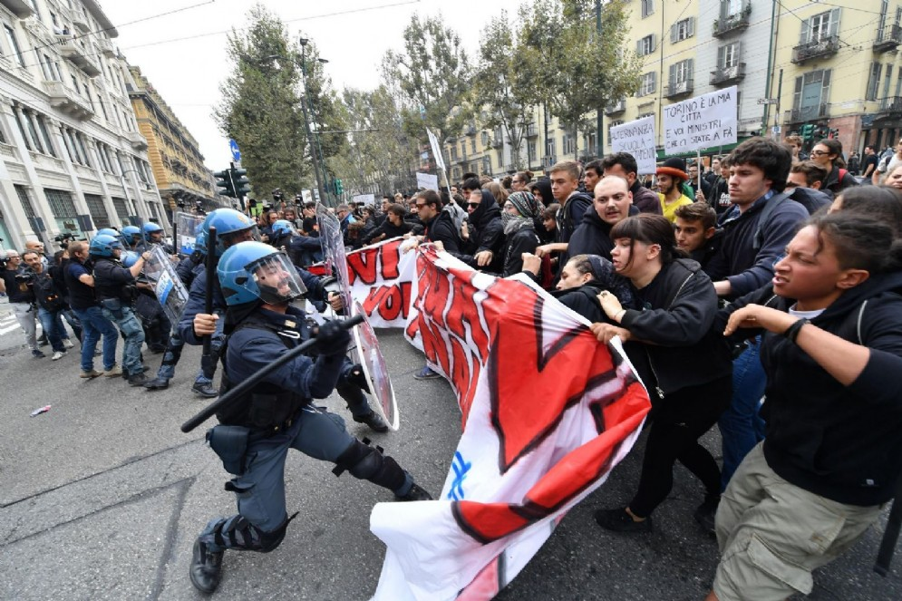 Gli studenti caricati all'angolo con via Carlo Alberto