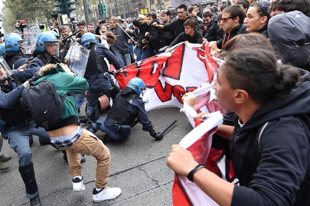 Il ragazzo viene fermato dalla polizia