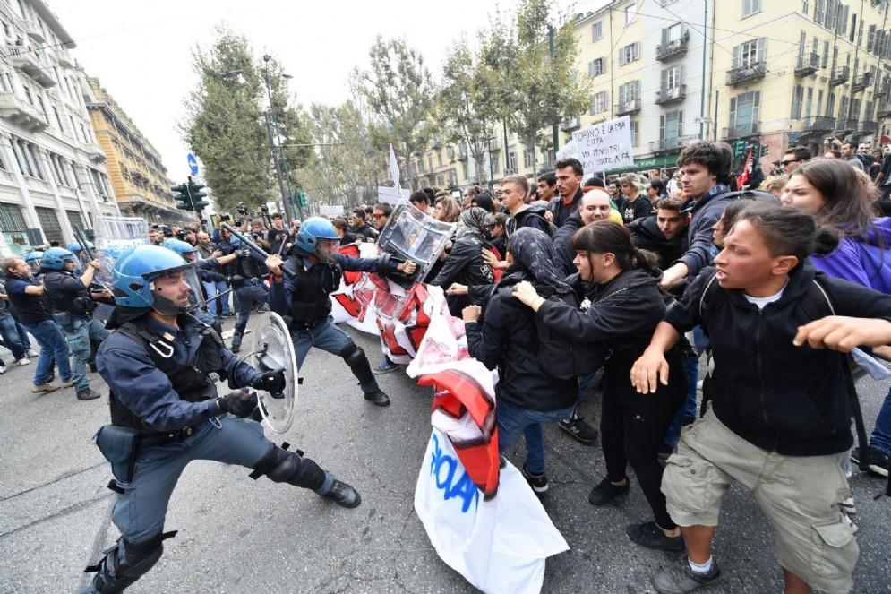 La polizia impedisce l'accesso a via Carlo Alberto