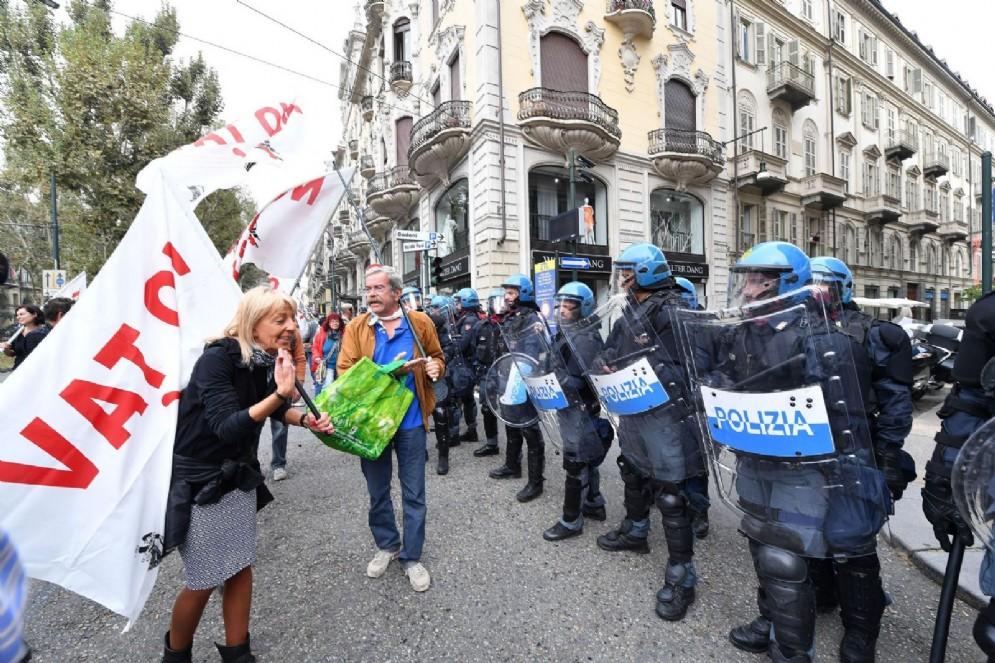 Confronto con i manifestanti prima della carica