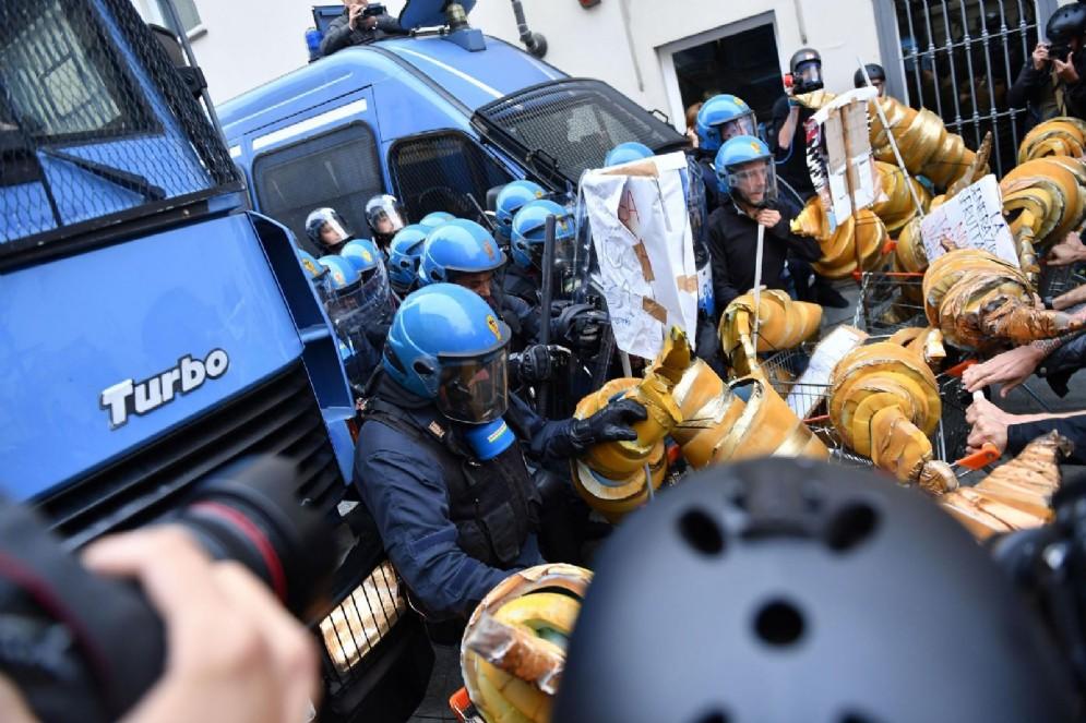 Lo scontro tra polizia e manifestanti