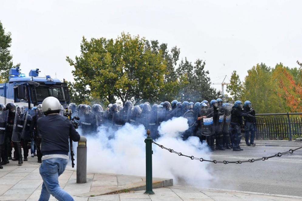 La polizia si compatta per affrontare i manifestanti