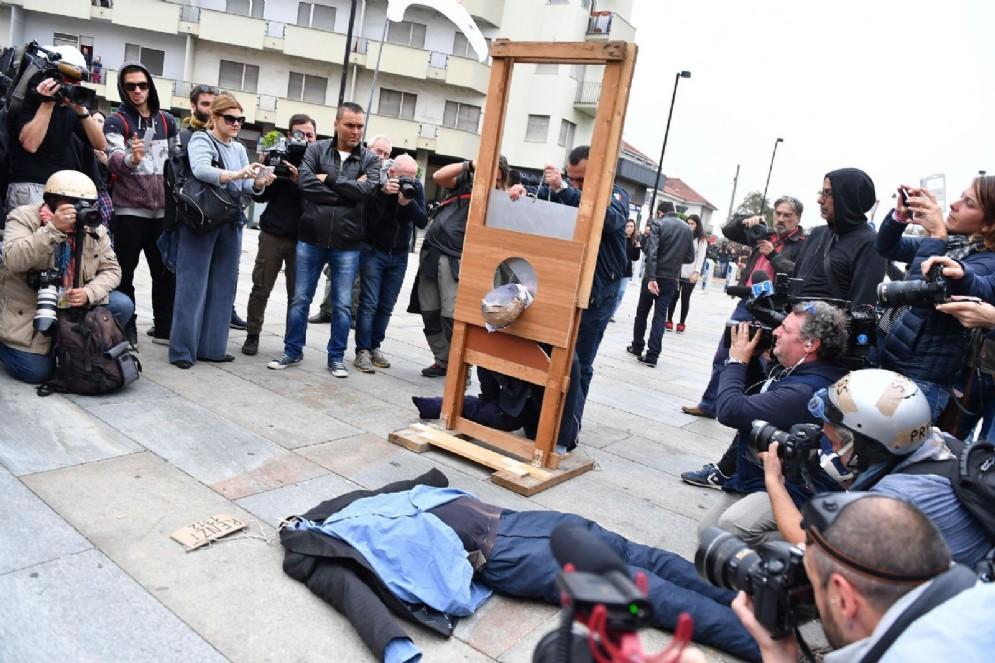 La ghigliottina portata in corteo dai manifestanti