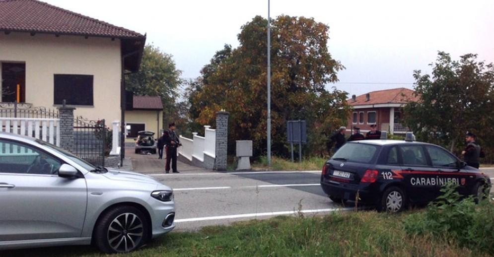 Carabinieri davanti alla villetta di Montalenghe