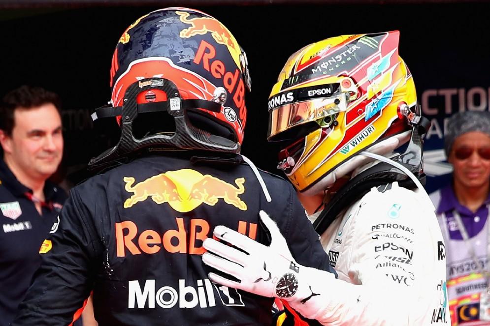 Lewis Hamilton si congratula con Verstappen dopo il traguardo