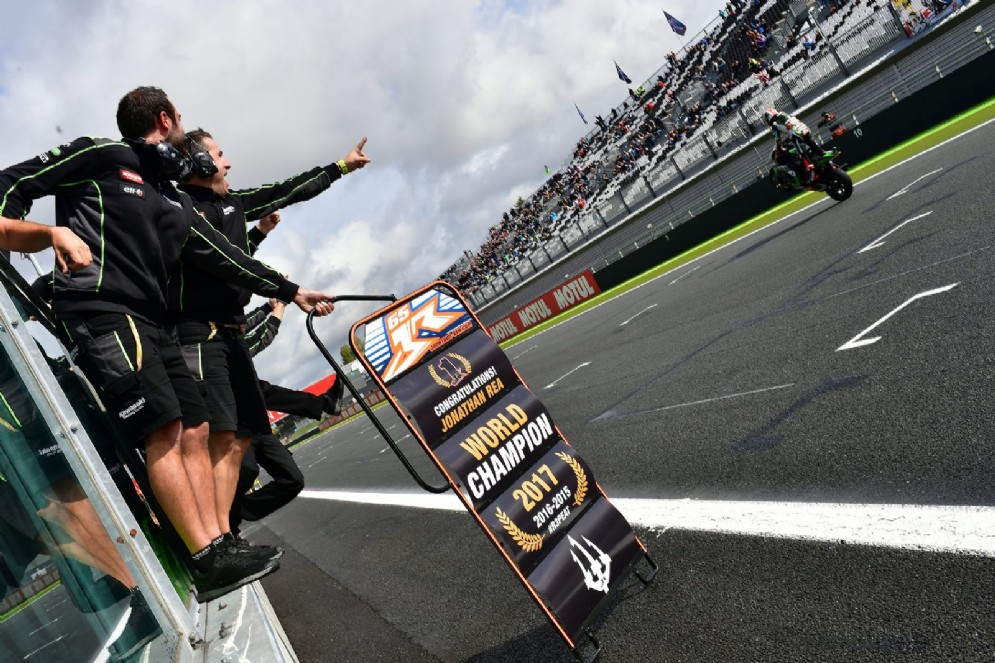 La Kawasaki di Rea taglia il traguardo di Magny Cours