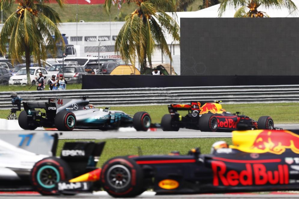 Lewis Hamilton e Valtteri Bottas in lotta con Max Verstappen e Daniel Ricciardo
