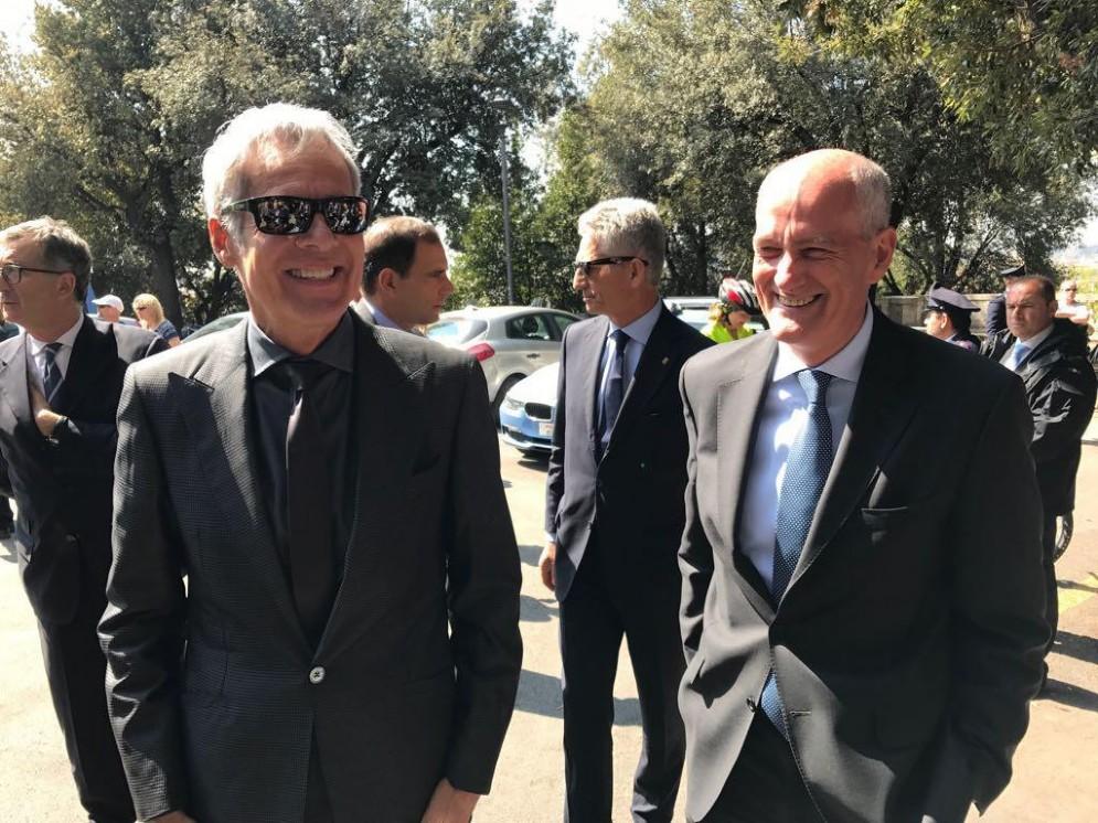 Claudio Baglioni si esibisce a Lampedusa in occasione della Giornata della Memoria e dell'Accoglienza