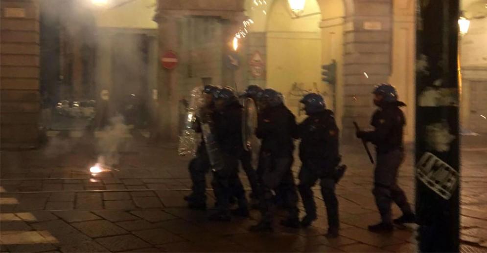 Gli scontri di venerdì sera tra forze dell'ordine e manifestanti in centro a Torino