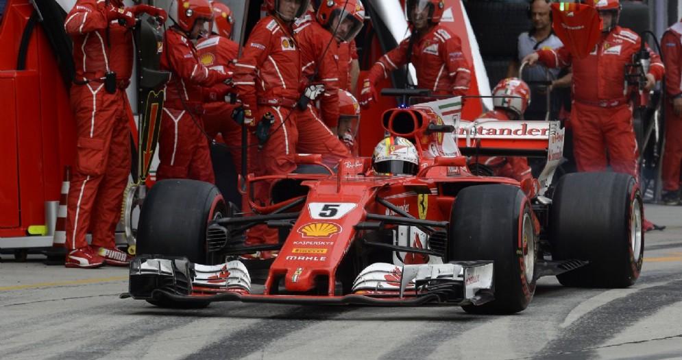 La Ferrari di Sebastian Vettel riparte dai box dopo il pit stop a Sepang