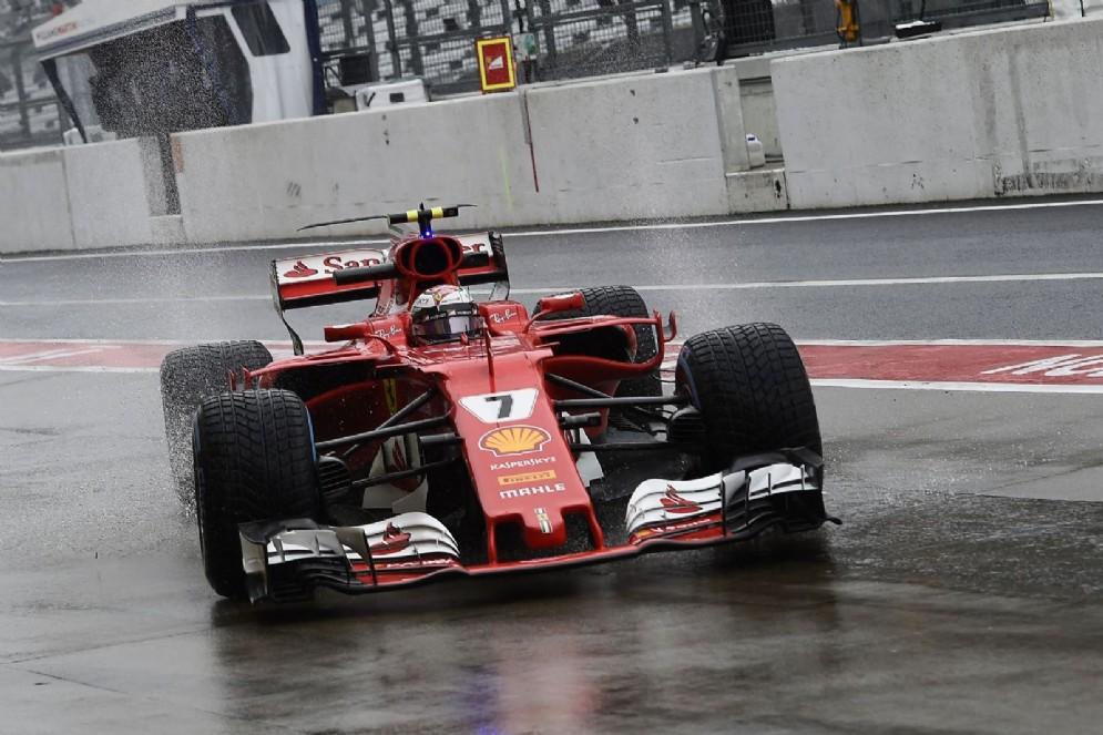 Kimi Raikkonen rientra ai box nella pista bagnata di Suzuka