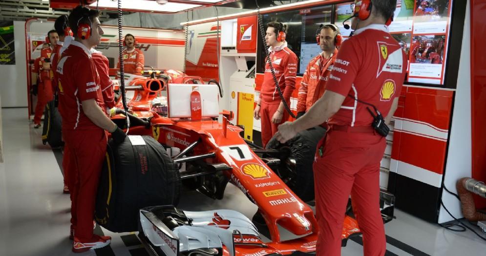 I tecnici attorno alla Ferrari di Kimi Raikkonen nei box di Suzuka