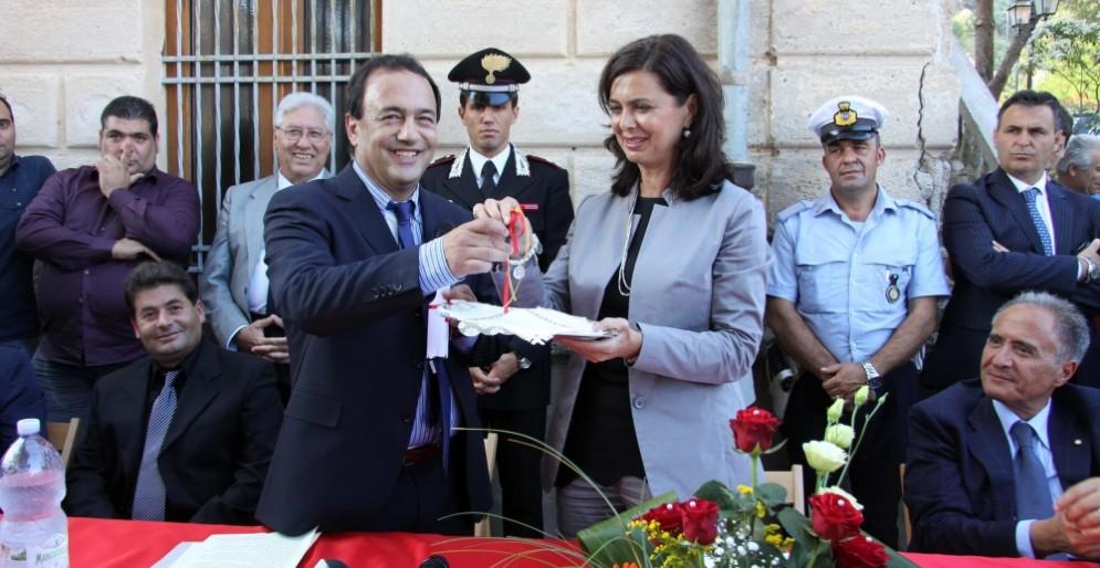 Il sindaco di Riace, Domenico Lucano, è indagato per truffa.