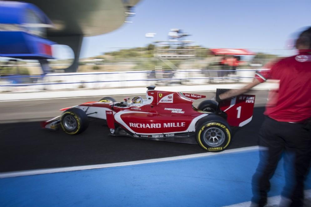 Leclerc esce dai box al volante della vettura della Prema
