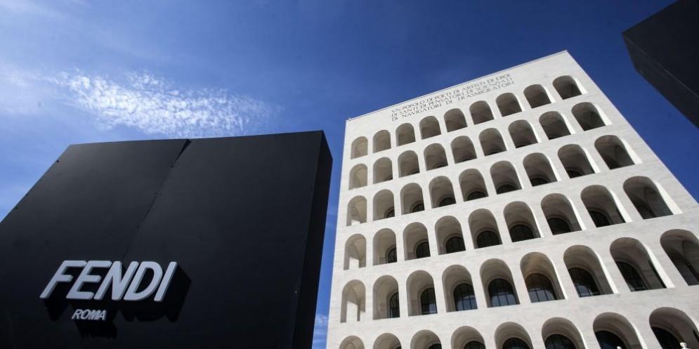 Il Palazzo della Civiltà italiana a Roma, uno dei simboli del fascismo, divenuto in anni recenti il quartier generale di Fendi