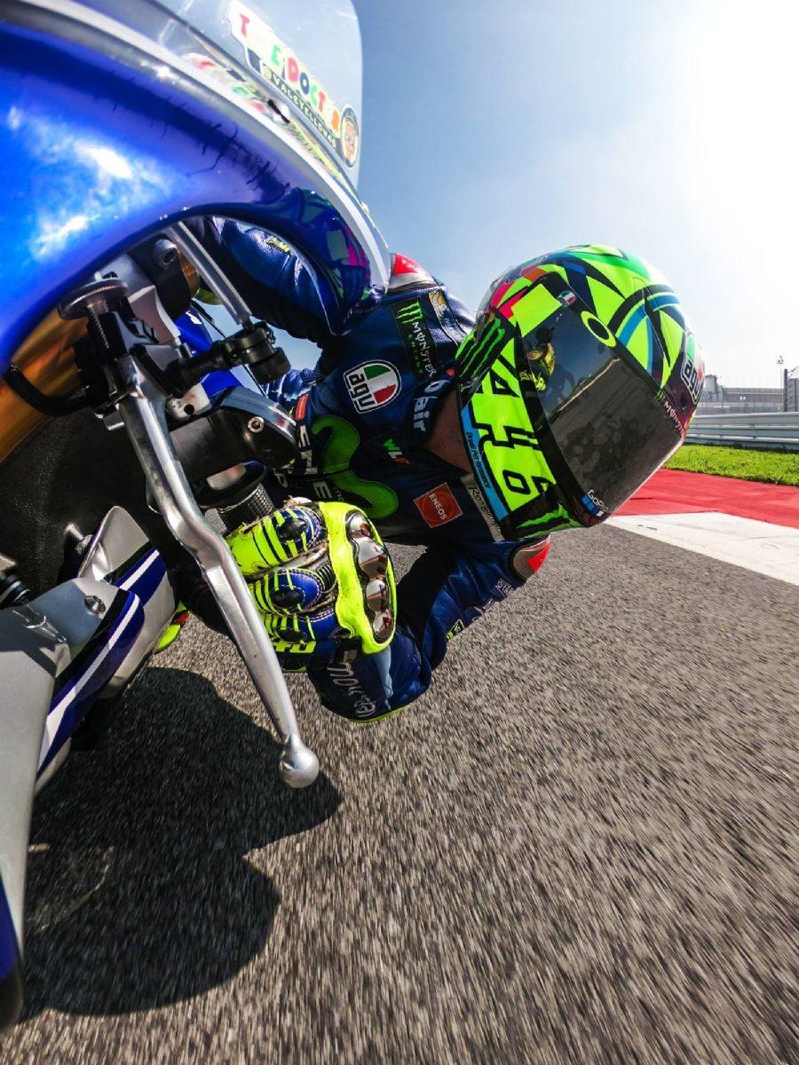 Valentino Rossi in sella alla Yamaha R1 a Misano