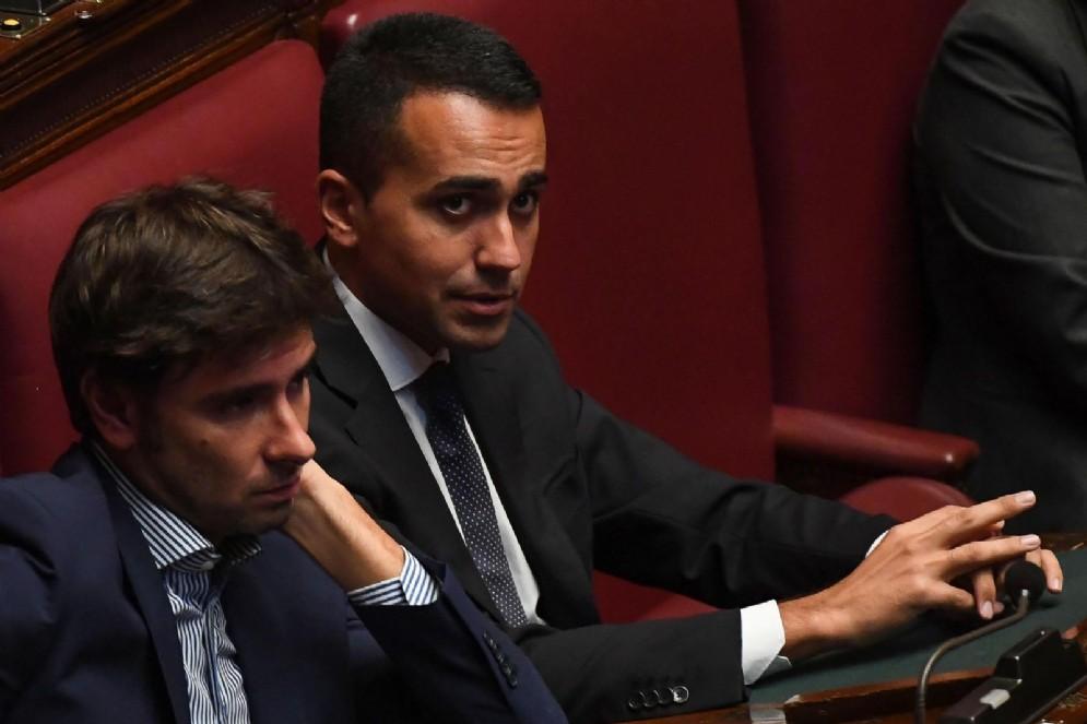 Alessandro Di Battista e Luigi Di Maio del M5S dopo la richiesta di fiducia sulla riforma della legge elettorale nell'aula della Camera