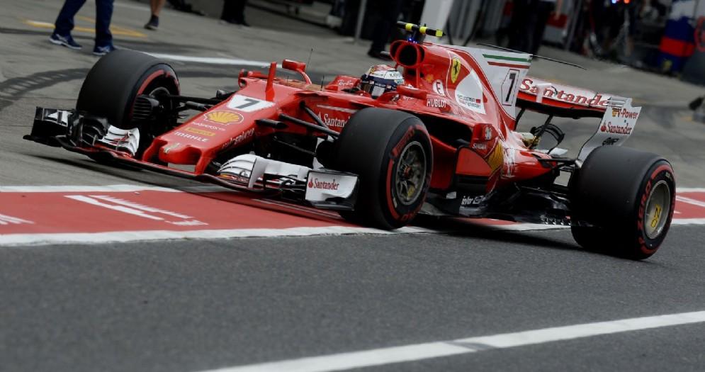La Ferrari di Kimi Raikkonen rientra ai box a Suzuka