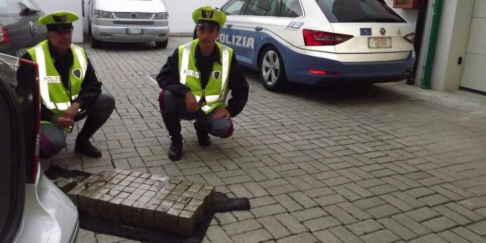 Palmanova, scoperti 34,6 kg di hashish occultati in un'auto