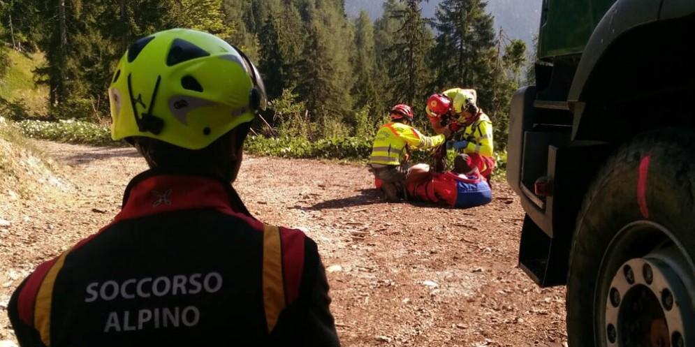 Cade nel bosco: lo salvano gli uomini del Soccorso Alpino