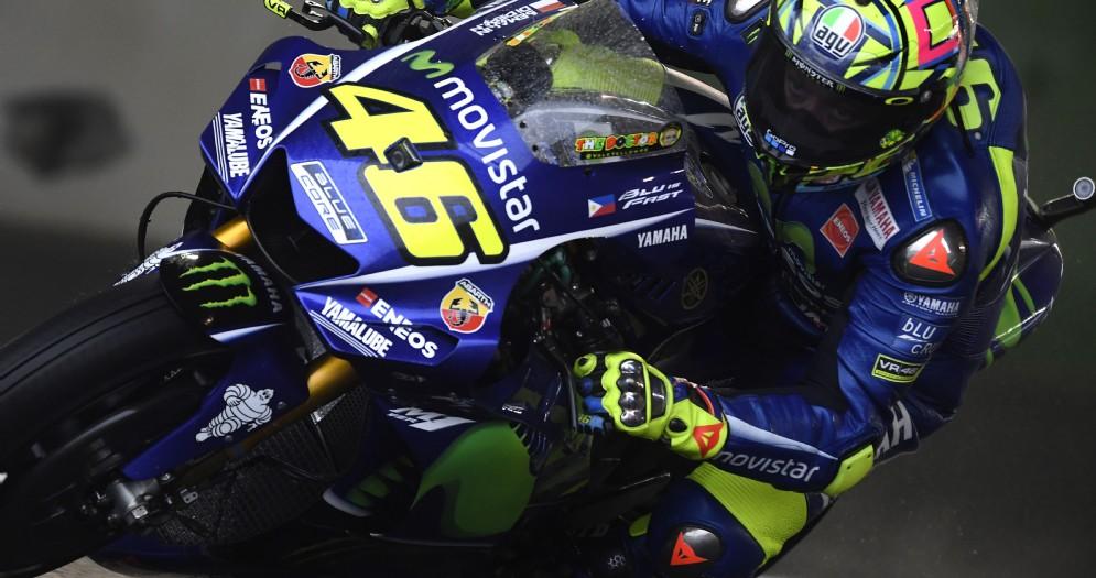 Valentino Rossi in sella alla Yamaha sulla pista bagnata di Motegi
