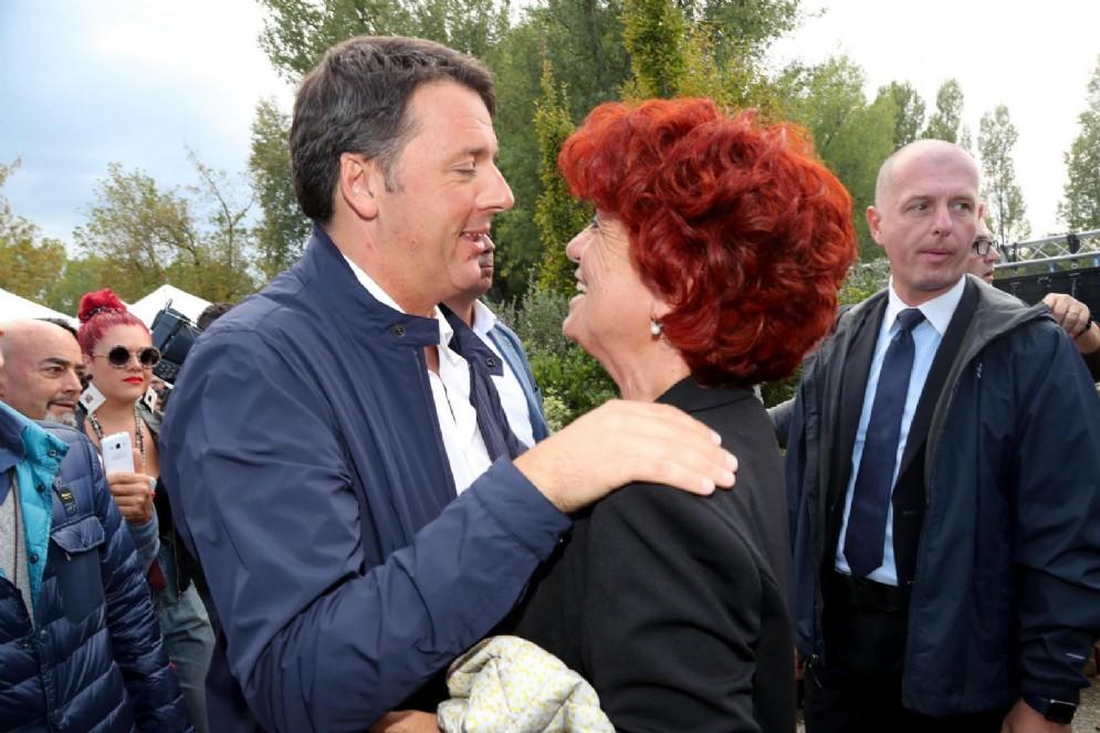 La ministra dell'Istruzione Valeria Fedeli con il segretario del Pd Matteo Renzi