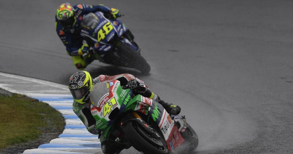 Aleix Espargaro in lotta con Valentino Rossi a Motegi