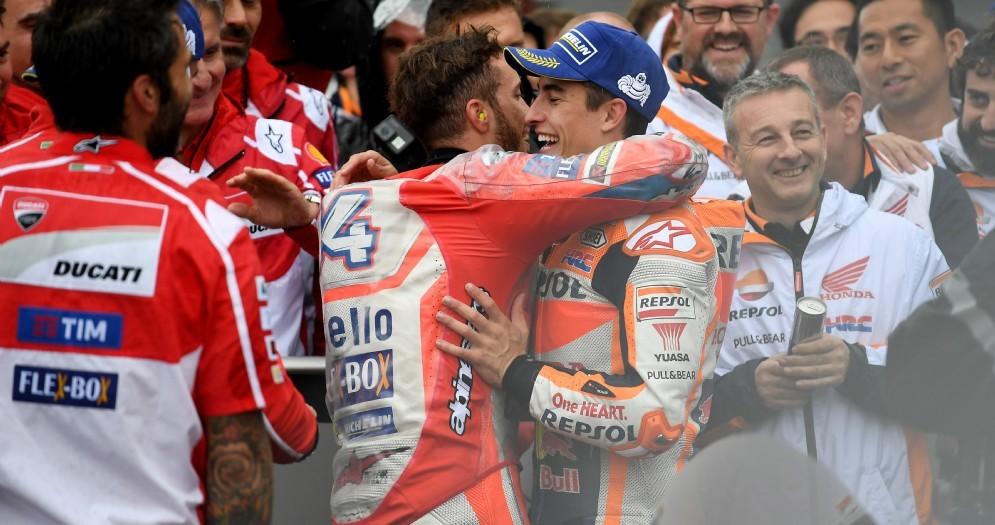 Andrea Dovizioso abbraccia Marc Marquez nel parco chiuso di Motegi