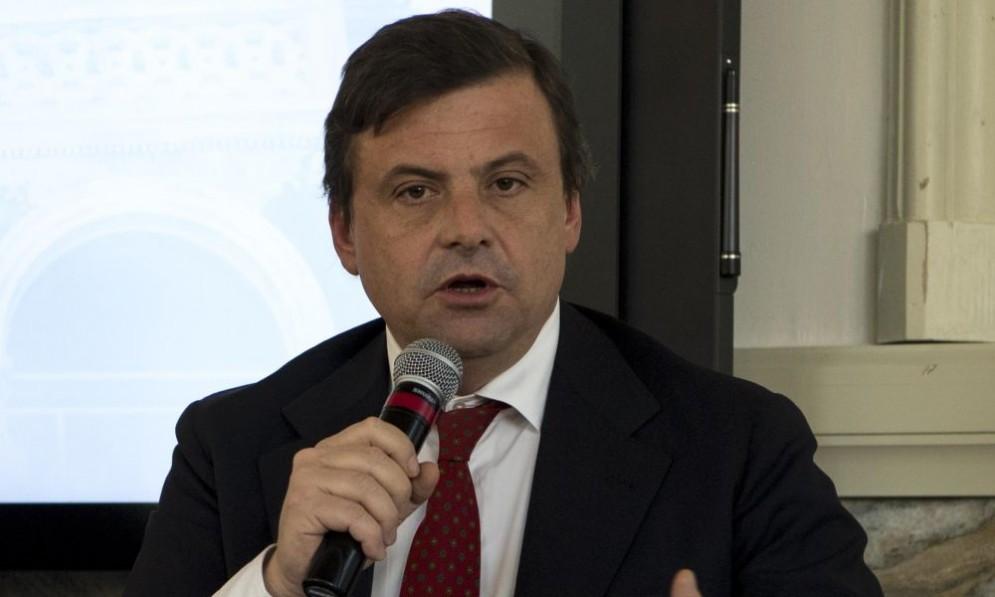 Il ministro Carlo Calenda annuncia un altro prestito ponte per Alitalia.
