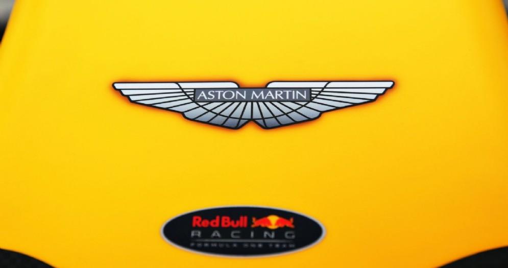 Il logo Aston Martin sul musetto della Red Bull
