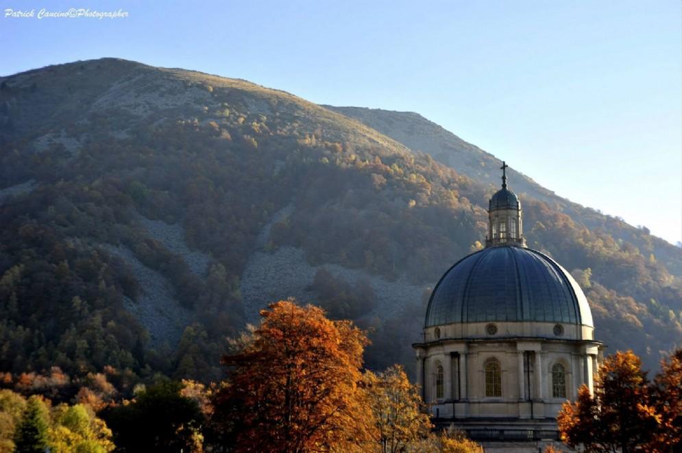 La cupola della Basilica di Oropa immersa nei colori autunnali.