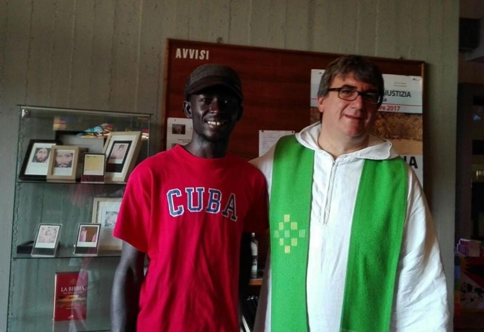 Don Biancalani insieme a un ragazzo africano.